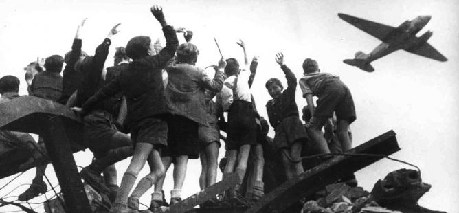 Obr. 1: Berlínská blokáda. Letecký most nad Berlínem (1948 – 1949). Zdroj: http://www.moderni-dejiny.cz/clanek/berlinska-krize-1948-1949/