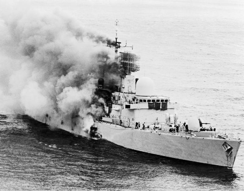 Obr. 1: Hořící torpédoborec HMS Sheffield během Války o Falklandy, 4. května 1982. Zdroj: http://www.iwm.org.uk/history/the-falklands-war