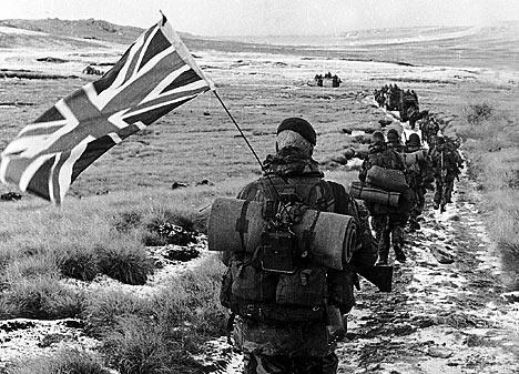 Obr. 2: Komando britských vojáků pochodující k hlavnímu městu Port Stanley. Zdroj: http://legionlive.org.uk/2012/04/02/30th-anniversary-of-the-falklands-war/