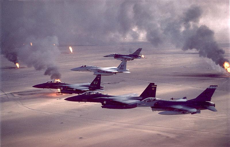 Obr. 1: Americká bojová letadla nad hořícími kuvajtskými ropnými poli (zdroj: commons.wikimedia.org).