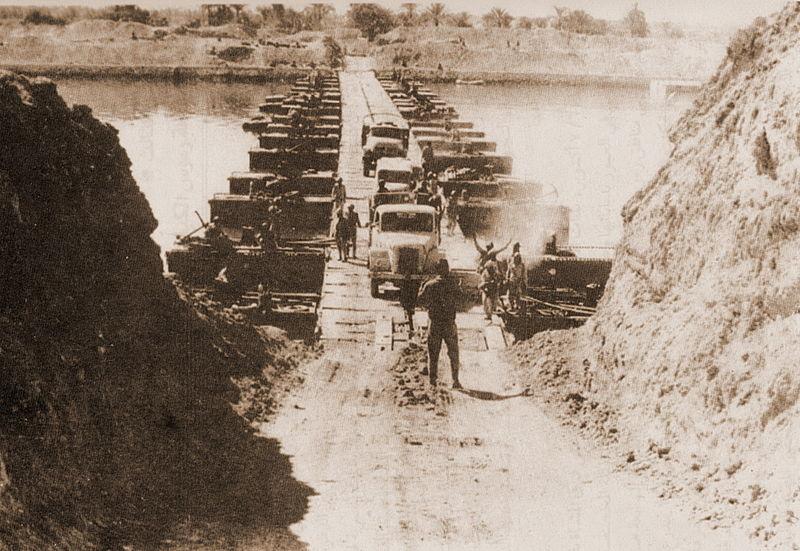 Obr. 1: Egyptská armáda překonávající Suezský průplav (zdroj: http://en.wikipedia.org).