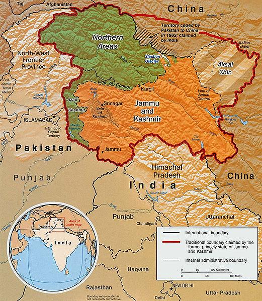 Obr. 3: Linie kontroly mezi Indií a Pákistánem (přerušovaná čára). Nejprve stanovena po válce v roce 1948 jako linie příměří. Po válce v roce 1971 přejmenována na Line of control (zdroj: http://en.wikipedia.org).