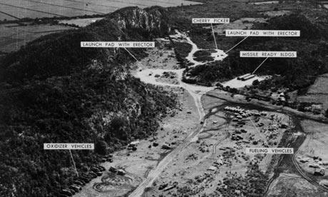 Obr. 1: Jedna z fotografií kubánského území s raketami středního doletu. Zdroj: http://www.guardian.co.uk/commentisfree/2012/oct/15/cuban-missile-crisis-russian-roulette